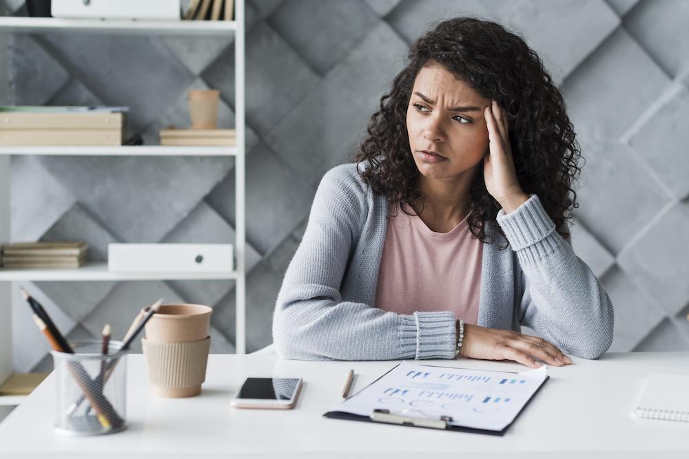 Femme en entreprise situation difficile