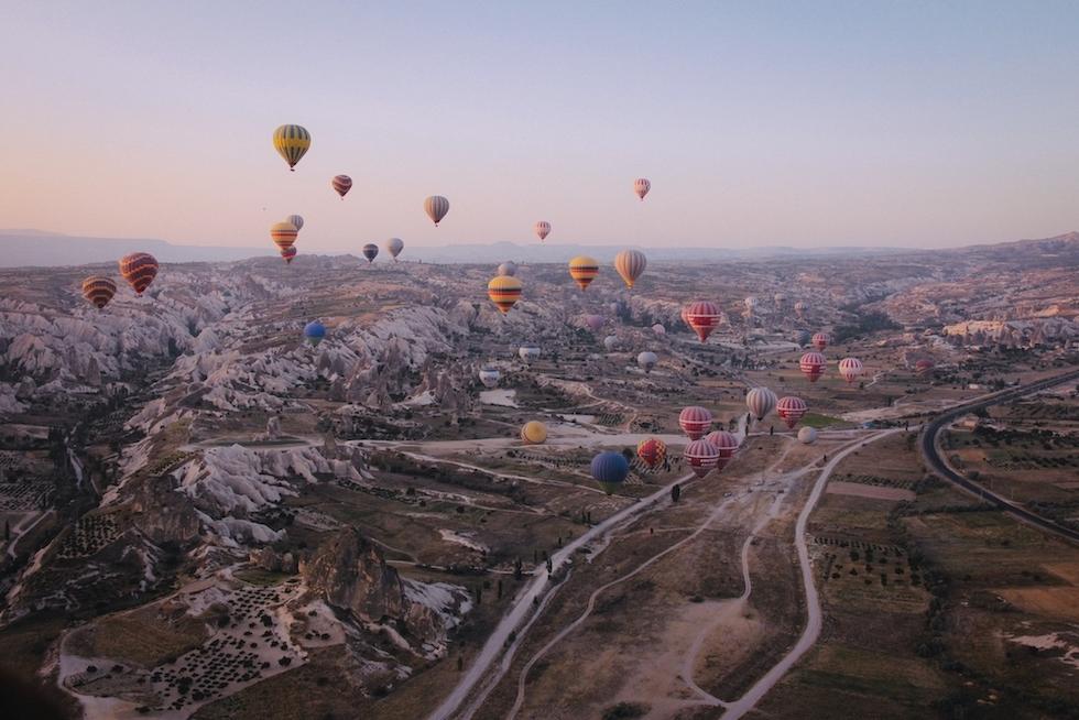 plan-long-divers-montgolfieres-multicolores-flottant-dans-ciel